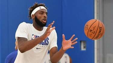 Knicks center Mitchell Robinson reaches for a throw
