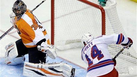 Taylor Pyatt scores a goal past Philadelphia Flyers