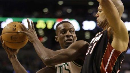Boston Celtics forward Jeff Green, left, looks for