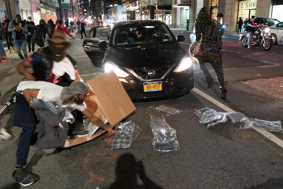 People run with stollen good on Madison Avenue