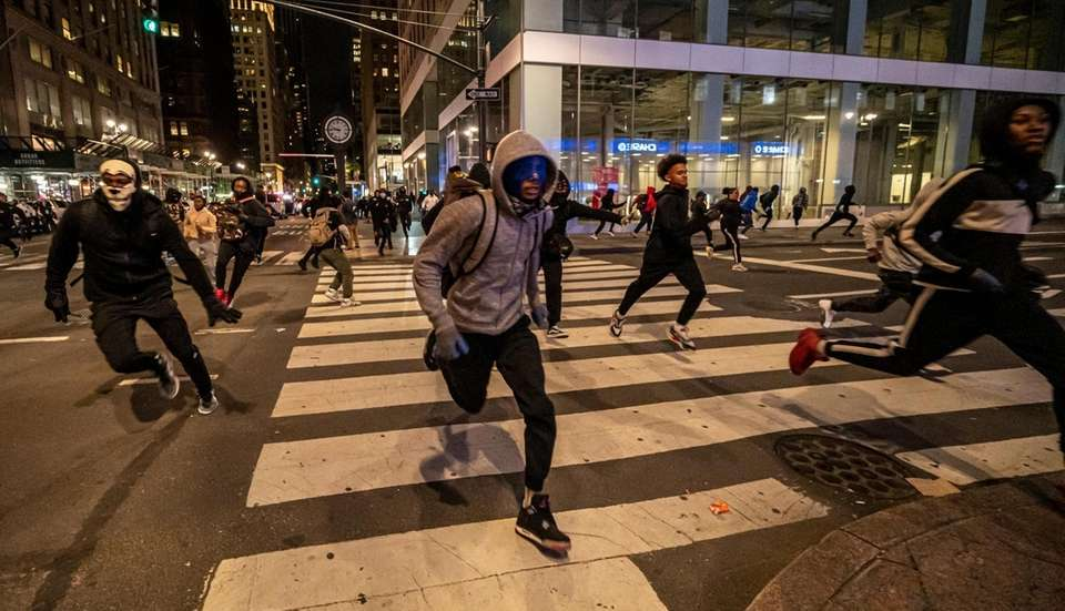Looters running from the police during the protest