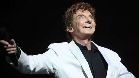 Singer Barry Manilow preforms during the curtain call