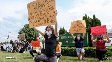 Isabella DiPalermo, 17, front, of Mount Sinai, demonstrates