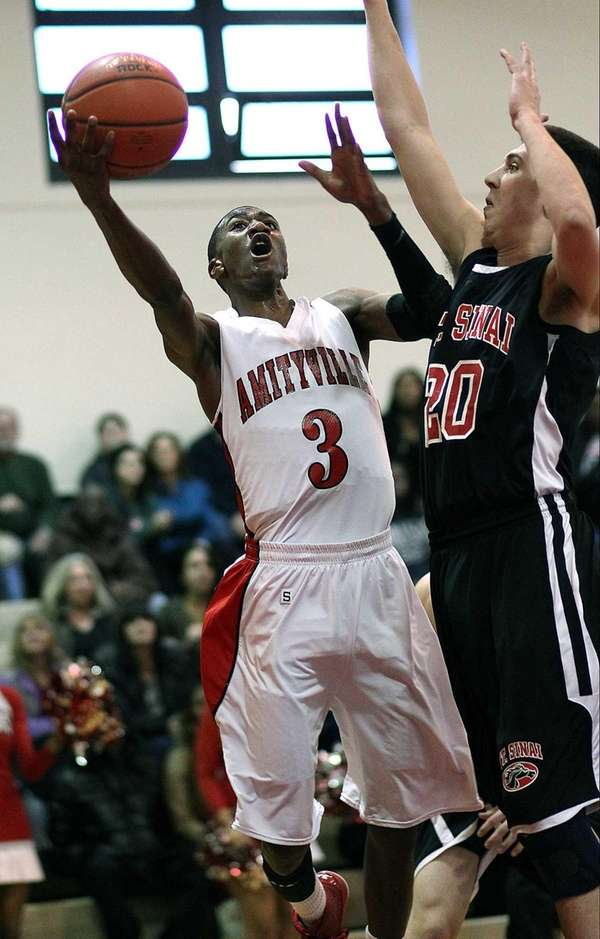 Amityville's Travis Dickerson gets inside during a game