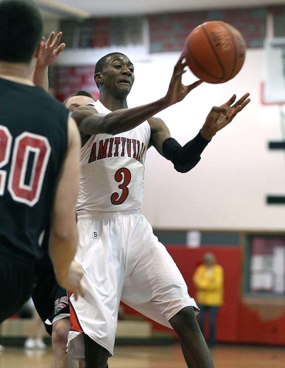 Amityville's Travis Dickerson fires a pass to a