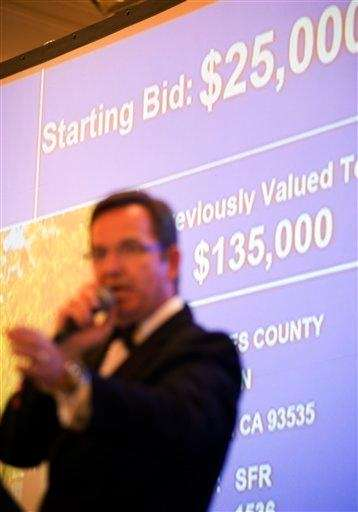 Auctioneer Shane Ratliff fields bids on a Los