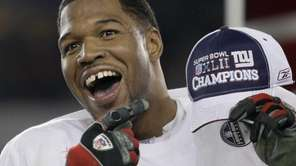 Michael Strahan celebrates after the Giants beat the