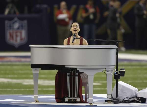 Alicia Keys sings the national anthem before Super