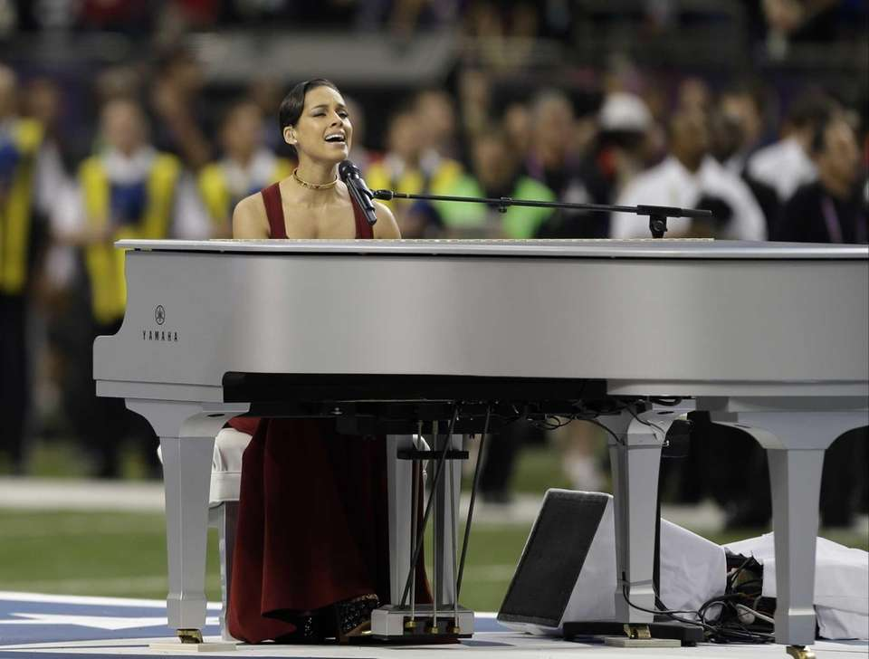 Alicia Keys sings the National Anthem before the