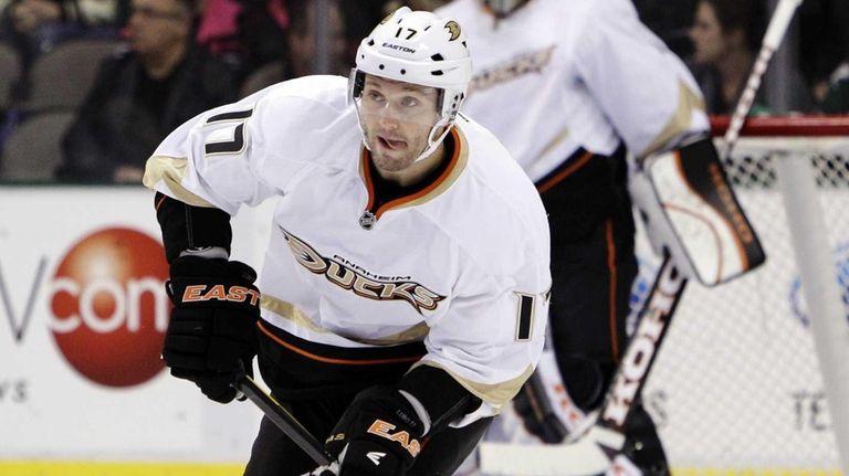 Then-Anaheim Ducks defenseman Lubomir Visnovsky (17) moves the