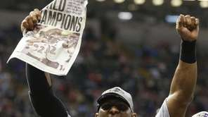 Baltimore Ravens linebacker Ray Lewis celebrates after their