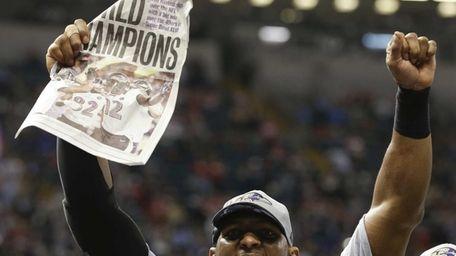 Baltimore Ravens linebacker Ray Lewis celebrates after their