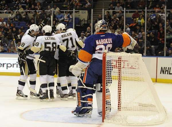 The Pittsburgh Penguins celebrate a goal against theIslanders