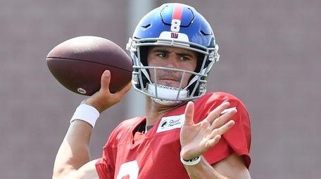 Giants quarterback Daniel Jones passes the football during