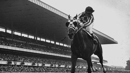 Jockey Ron Turcotte aboard Secretariat looks behind for