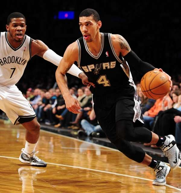 Danny Green of the San Antonio Spurs drives