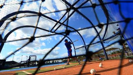 Mets first baseman Ike Davis takes batting practice