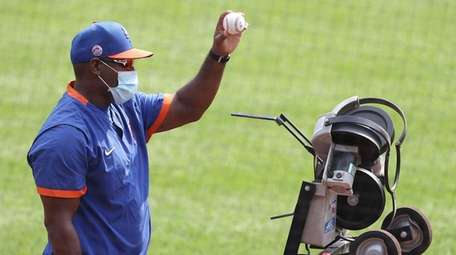 Mets bench coach Hensley Meulens works the pitching