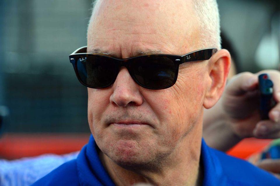 Mets GM Sandy Alderson talks to the media