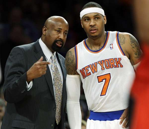 Mike Woodson talks to Carmelo Anthony during the