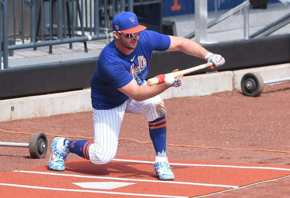 New York Mets first baseman Pete Alonso practices