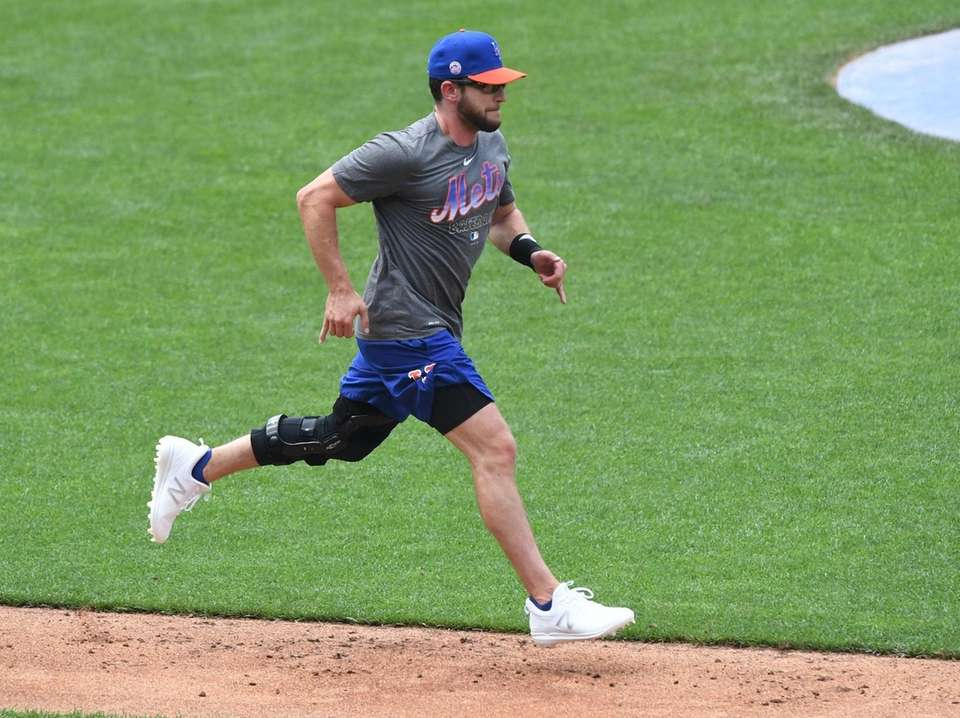New York Mets' Jed Lowrie runs to first