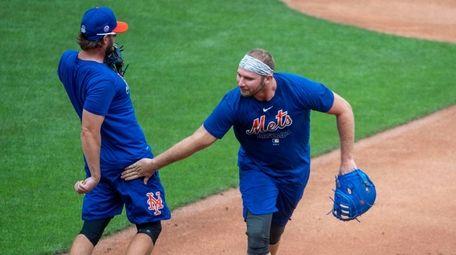 Mets slugger Pete Alonso jokingly slaps the behind