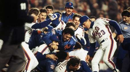 Mets teammates pile onto each other to celebrate