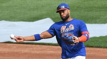 Mets second baseman Robinson Cano throws during an