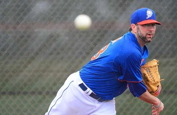 Mets' Shaun Marcum delivers a pitch during a