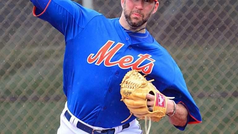 Mets pitcher Shaun Marcum delivers a pitch during