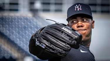 Yankees pitcher Aroldis Chapman warming up his arm