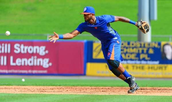 Mets left fielder Jordany Valdespin fields a ground