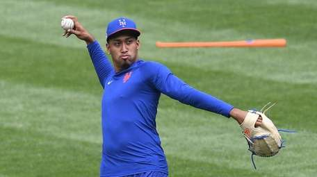 Reliever Edwin Diaz loosens up during Mets camp