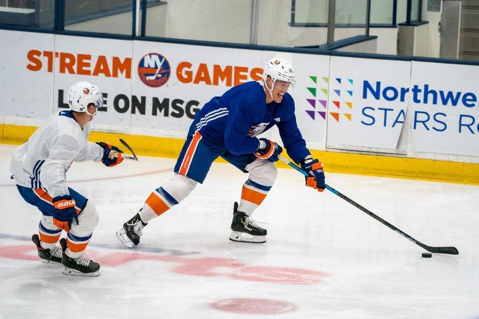New York Islanders center Jean-Gabriel Pageau (44) defends