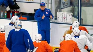 Islanders coach Barry Trotz speaks to the team