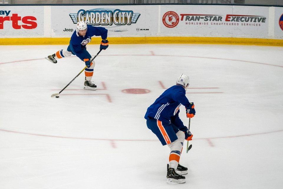New York Islanders center Mathew Barzal (13) shoots