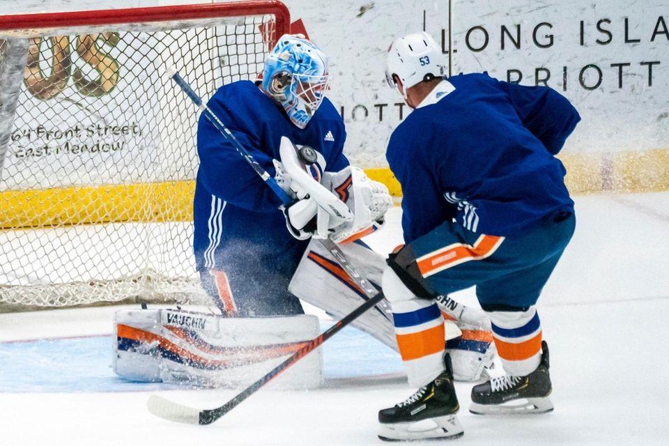 New York Islanders center Casey Cizikas (53) shoots