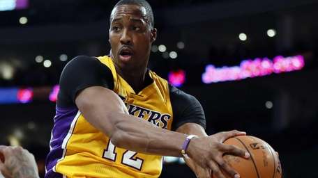 Los Angeles Lakers center Dwight Howard pulls in