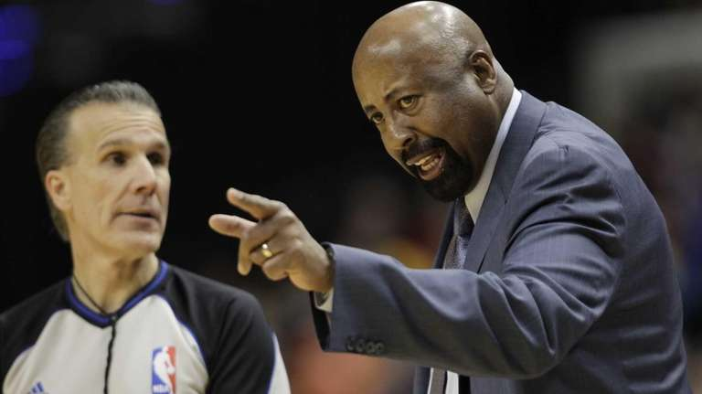 Knicks head coach Mike Woodson, right, discuss a