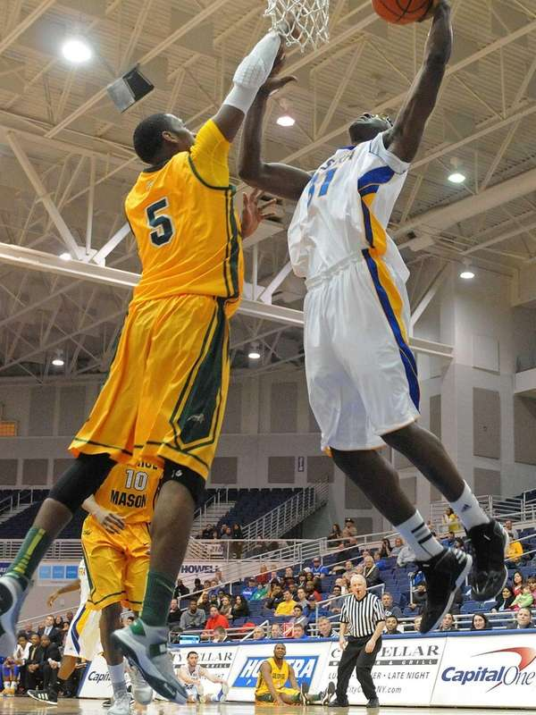 Hofstra's Moussa Kone, right, attempts to drive past