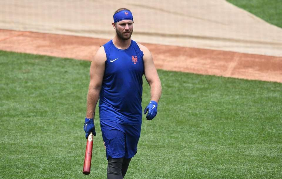 New York Mets first baseman Pete Alonso walks