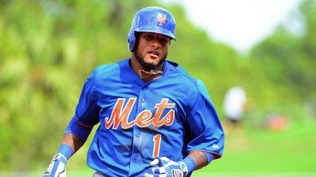 Mets' Jordany Valdespin runs past second base after