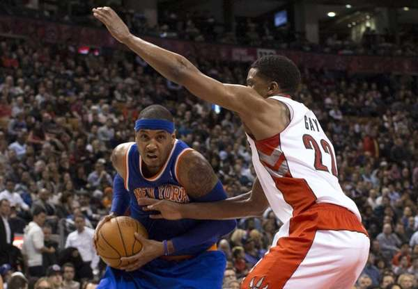 Knicks' Carmelo Anthony, left, drives on Toronto Raptors'