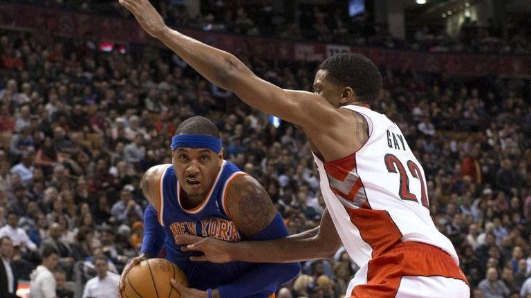Knicks' Carmelo Anthony, left, drives on Toronto Raptors'