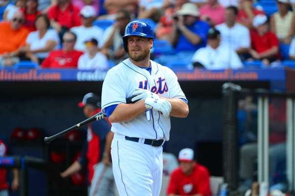 Mets Lucas Duda gets ready to bat against