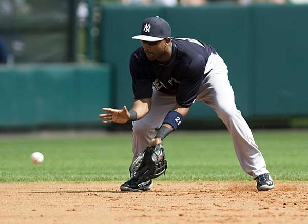Yankees' Eduardo Nunez fields hit by the Atlanta