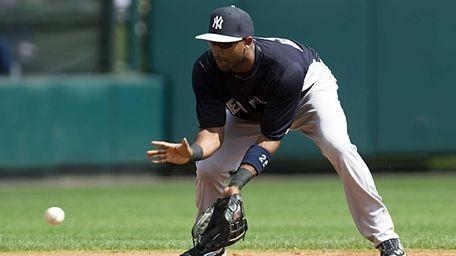 Yankees' Eduardo Nunez fields hit by the Atlanta