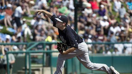 Yankees pitcher David Phelps throwing against the Atlanta