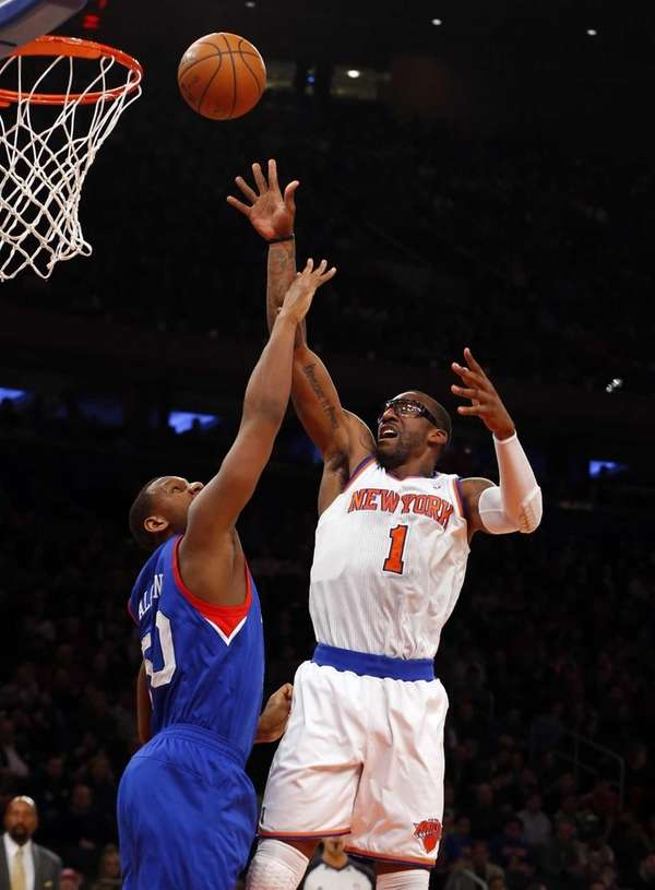 Amar'e Stoudemire shoots over Lavoy Allen #50 of